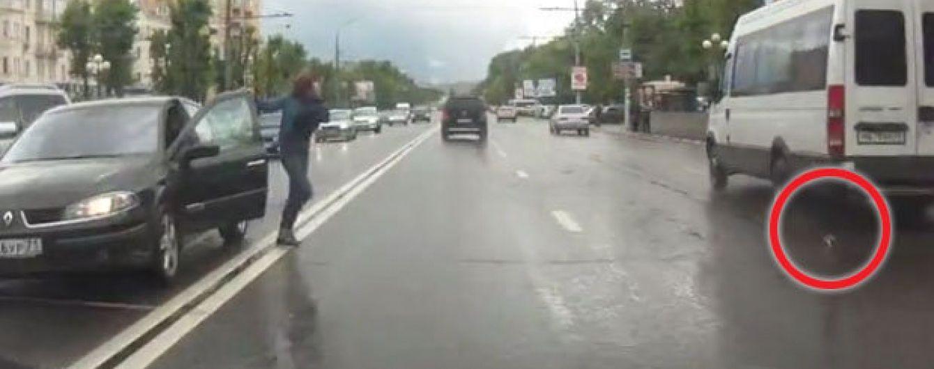 У Росії жінка зупинила машину посеред жвавої дороги, щоб врятувати кошеня