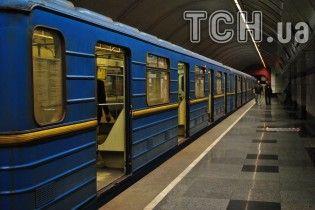 В Киеве человек упал на рельсы в метро. Движение поездов остановлено - соцсети