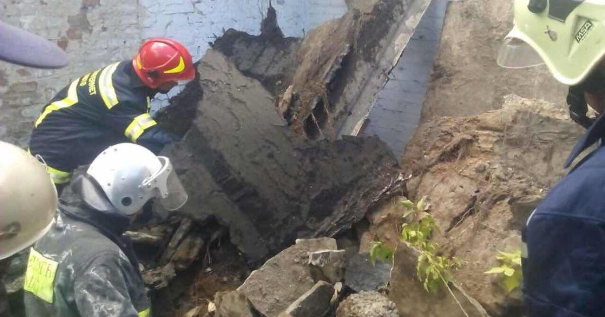 Полиция выясняет, как 16-летний парень оказался под завалами заброшенной фермы в Киеве
