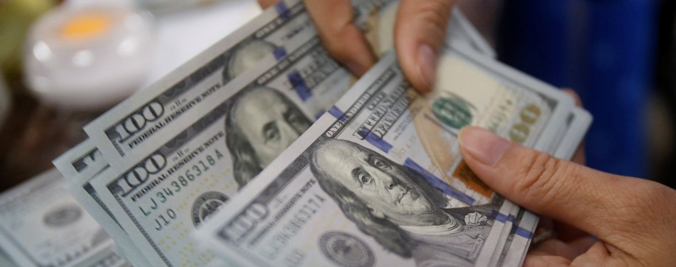 Долар і євро впали в ціні в курсах Нацбанку. Інфографіка