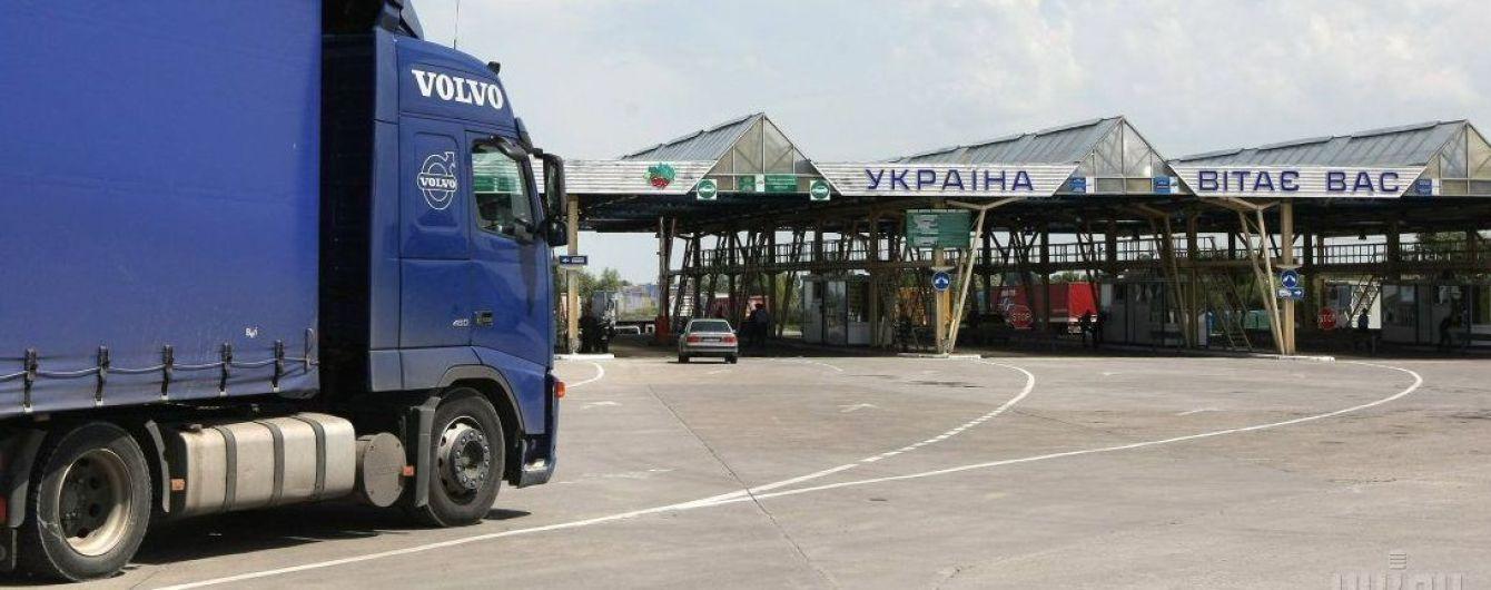 """На Львовской таможне разоблачено инспекторов, которые организовали """"дешевую"""" растаможку грузовиков"""