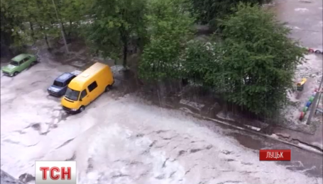 Ливень с градом затопил улицы Луцка