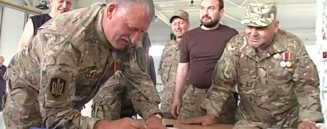 """У колишньому маєтку Януковича батальйон """"Січ"""" із шашликом відсвяткував свій день народження"""