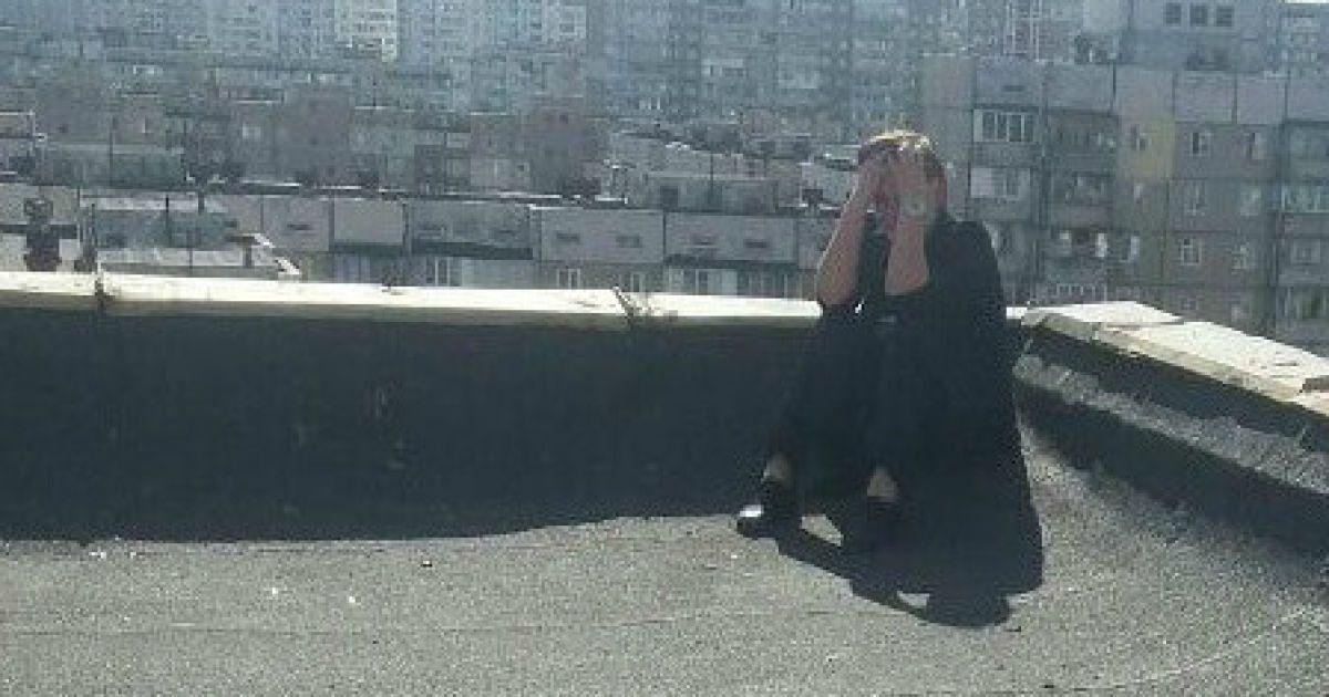 В Киеве патрульные сняли с крыши самоубийцу, которая собиралась прыгать после ссоры с подругой