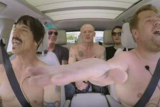 Легендарні Red Hot Chili Peppers роздягнулися та повеселилися у караоке-авто