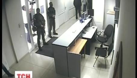 В главном офисе МАУ продолжается обыск