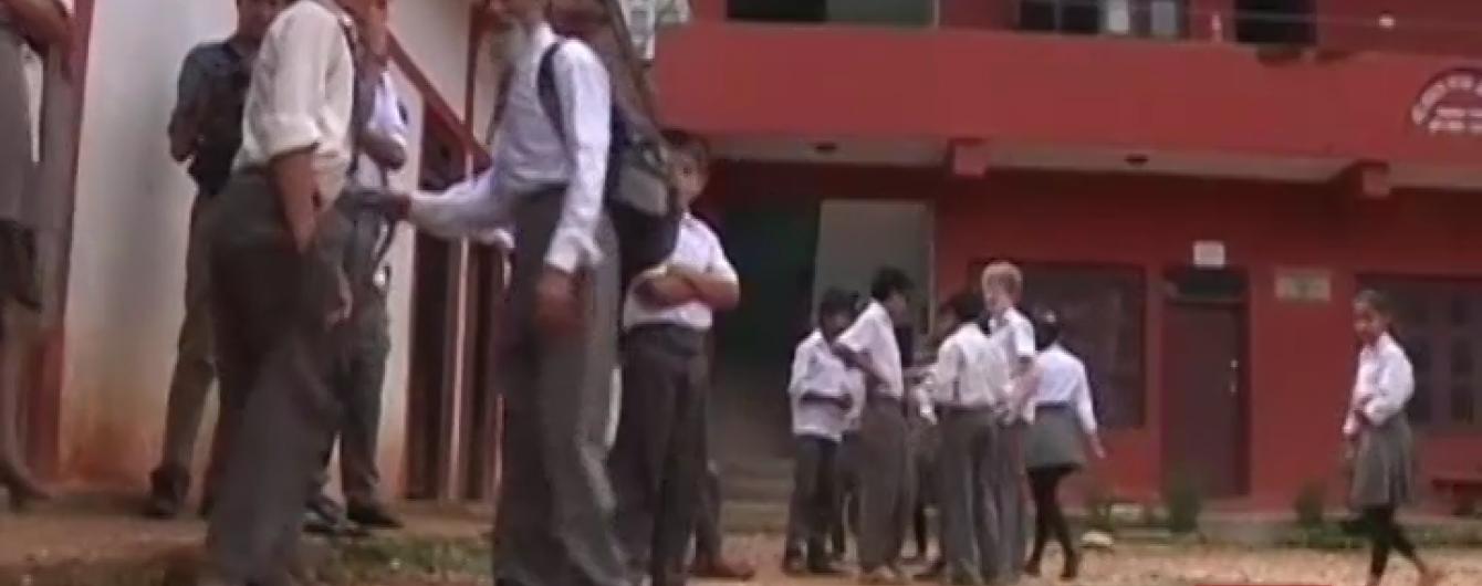 Найстаршим школярем Непалу став 68-річний дідусь