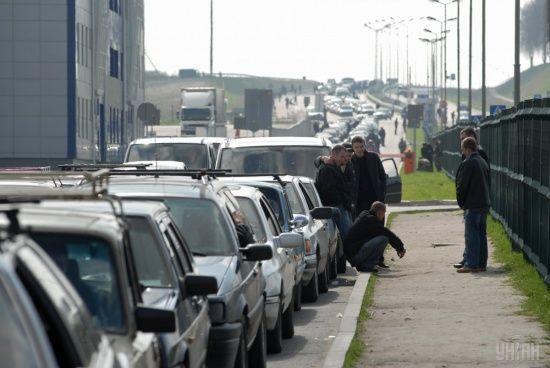 Сотні машин стоять у чергах на кордоні з Польщею