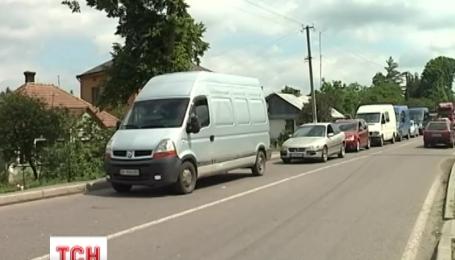 Около полутысячи автомобилей стоят в очереди на украинско-польской границе с украинской стороны