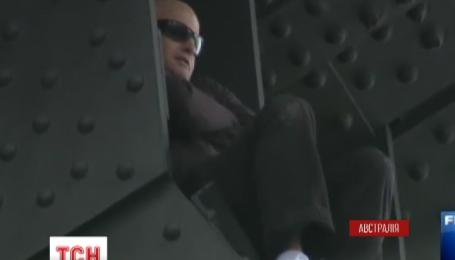 В Сиднее экстремал несколько часов просидел на опоре крупнейшего в стране моста
