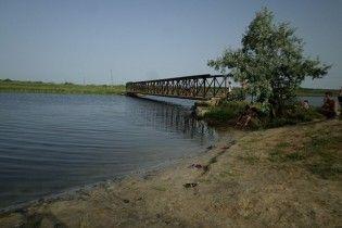 На Николаевщине двое девочек играли возле моста и упали в реку, одна из них погибла