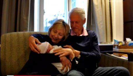 Кандидат у президенти США Гілларі Клінтон опублікувала фото із новонародженим онуком