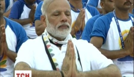 Премьер Индии в Международный день йоги показал, насколько он гибок