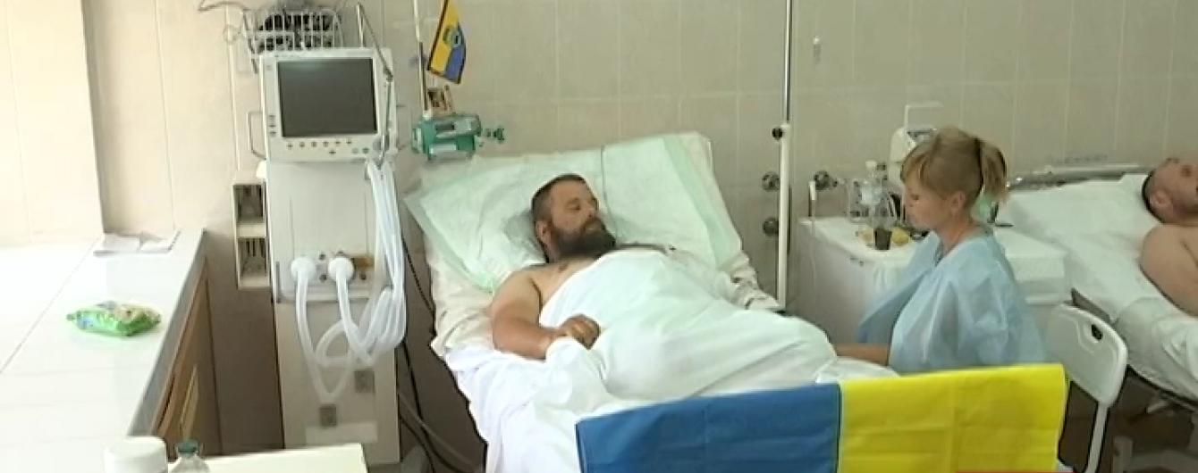 """Боєць """"Донбасу"""" без ніг і його лікар-рятівник лежать в одній реанімації"""