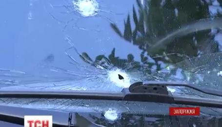У Запоріжжі невідомий обстріляв автомобіль