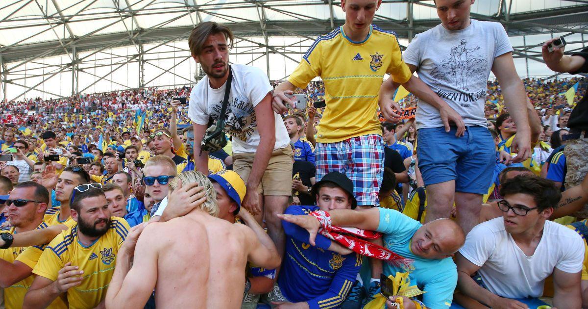 Футболісти з уболівальниками @ Getty Images