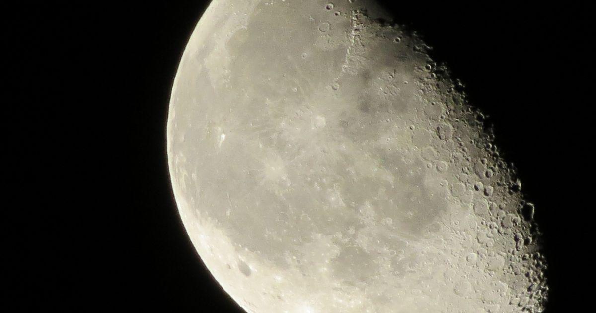 Вокруг Луны появилось пылевое облако