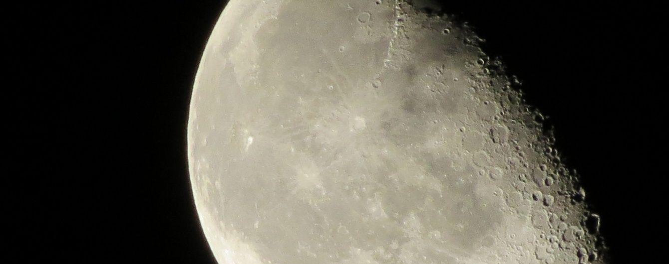 Навколо Місяця з'явилася пилова хмара