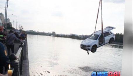 Дорогущий Mercedes слетел в Москву-реку