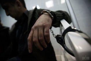 Два года удерживали в неволе. В Харькове неизвестные приковали к мосту разыскиваемого за взяточничество