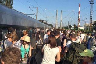 Активні пасажири зламали потяг Інтерсіті у Києві – ЗМІ