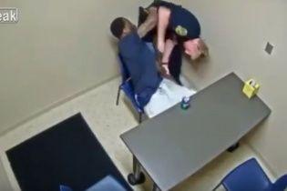 """У США злочинець з криками """"убий мене"""" вступив у бійку з поліцейськими"""