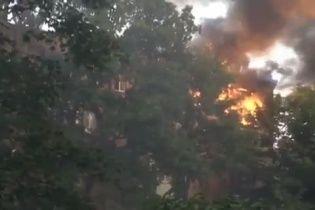 У Києві на Дорогожичах у багатоповерхівці палає квартира