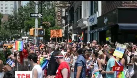 Вулицями Нью-Йорка пройшов гей-парад у пам'ять жертв стрілянини в Орландо