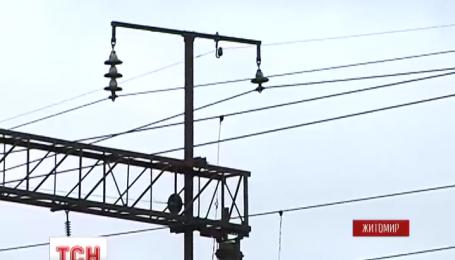 В Бердичеве 15-летний парень получил 80% ожогов тела от удара током на крыше вагона