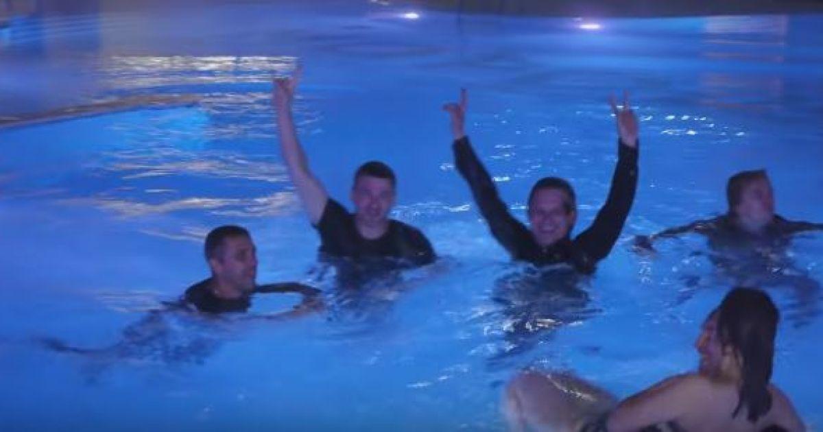 Мірзоян із командою стрибнули у басейн після концерту @ SARAFAN