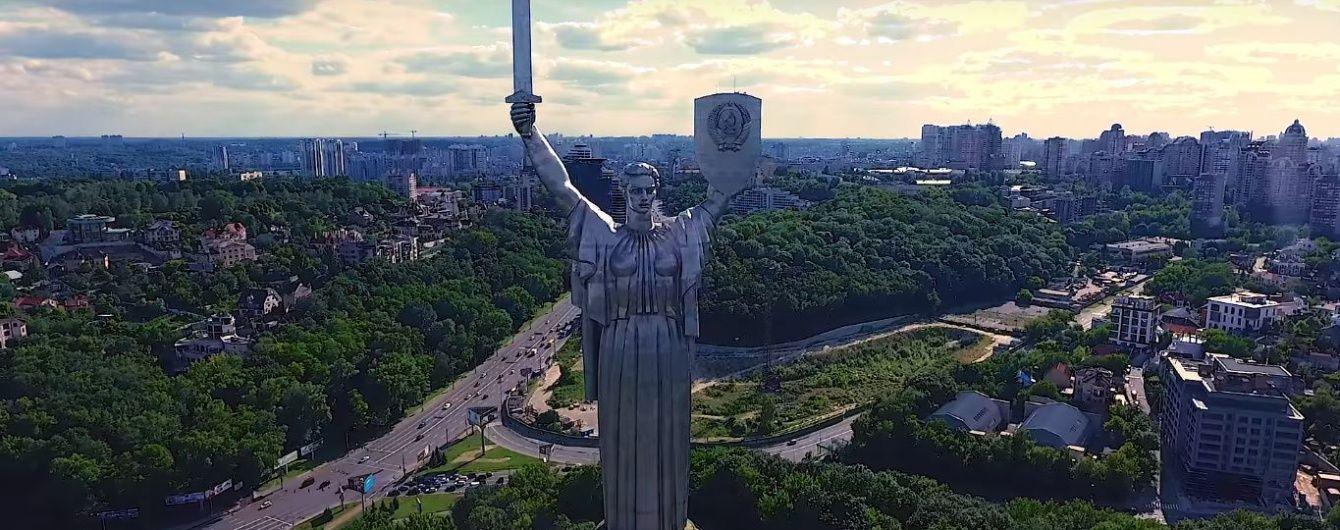 """Радянський герб з """"Батьківщини-матері"""" не знімають через волю скульптора, а за зірку на Хрещатику вступається Данилко"""