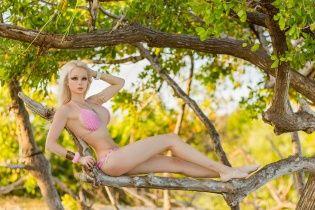 """Одеська """"Барбі"""" Лук'янова у новому відео заборонила менш красивим людям виходити на вулицю без макіяжу"""
