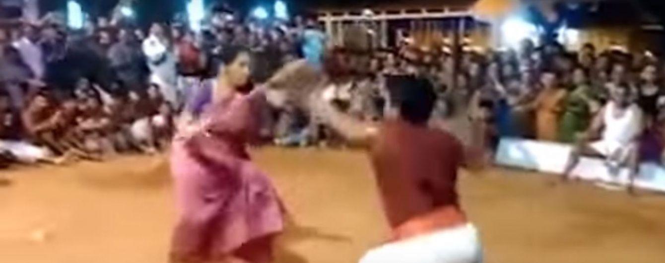 В Індії 76-річна майстриня бойових мистецтв спритно відгамселила молодого чоловіка