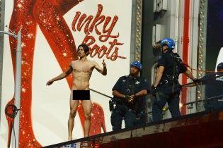 В Нью-Йорке голый мужчина бегал по Таймс Сквер и звал Трампа
