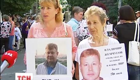 Матери пленных снова идут в посольства западных стран