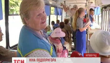 В Кировограде кондуктор компенсирует неудобства старого троллейбуса песнями
