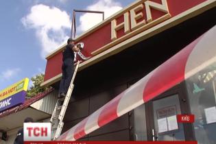 На Святошине снесли магазин Roshen: правоохранители охраняют конфеты от мародеров