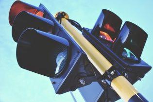 Во Львове люди не дали мужчине повеситься на светофоре