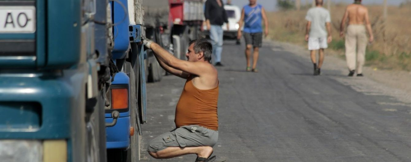 На Львівщині невідомі на ходу поцупили з вантажівки бочки з квасом