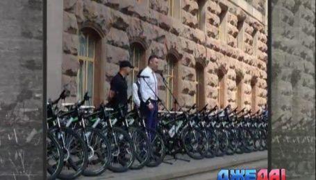 Киевские полицейские пересаживаются с Toyota Prius на велосипеды