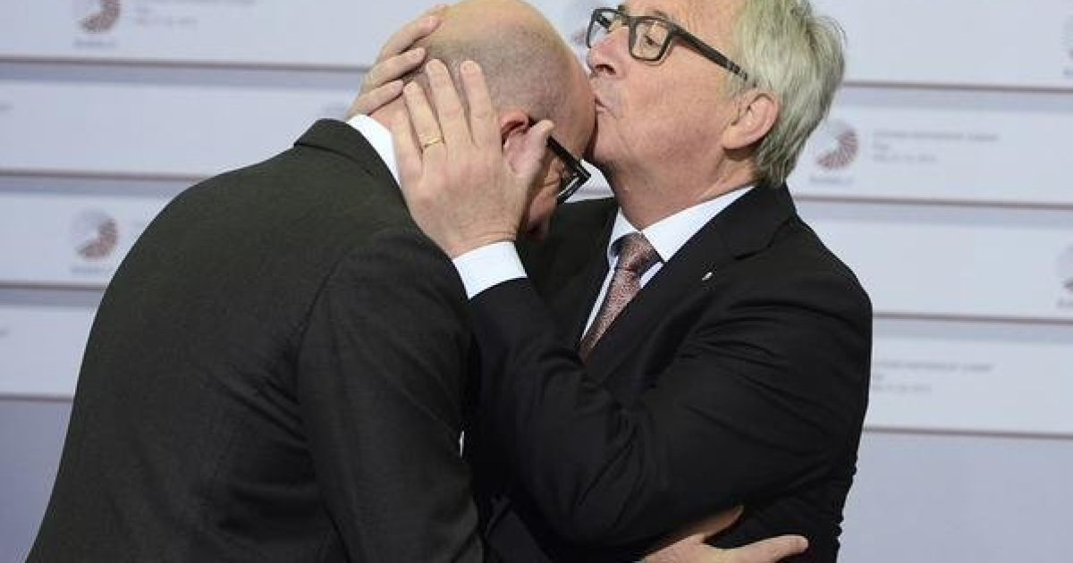 """Грудень 2015 року. """"Цьом у лоб"""". Президент Єврокомісії Жан-Клод Юнкер вітає прем'єра Арсенія Яценюка"""