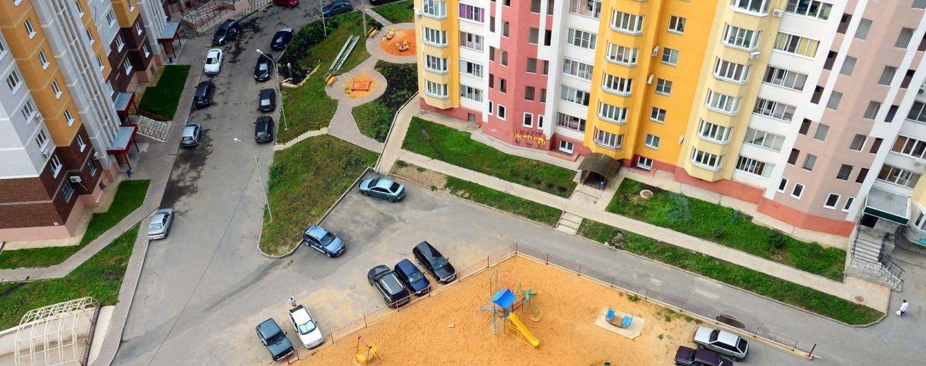 У Києві патрульні врятували 84-річну жінку, яка стояла на карнизі балкона багатоповерхівки