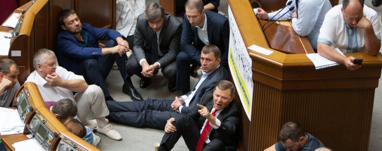Рада із сидячими страйкарями схвалила низку законів і відмовилася йти у відпустку