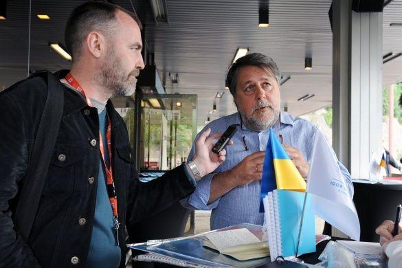 Виталий Манский общается с журналистом