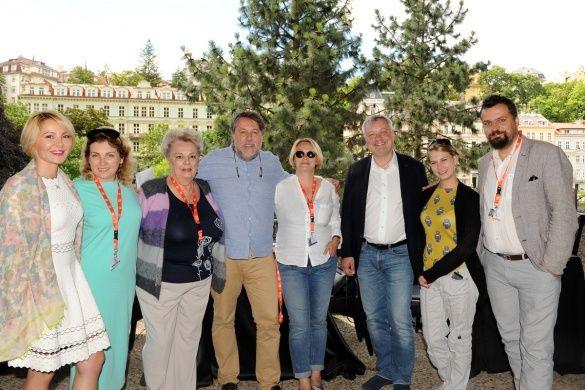 Организаторы приема вместе с Виталием Манским и Викторией Манской – героиней фильма «Родные»
