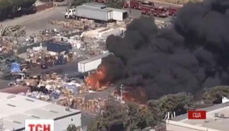 Крупный пожар вспыхнул на заводе по переработке пластика в городе Ньюарк в Калифорнии