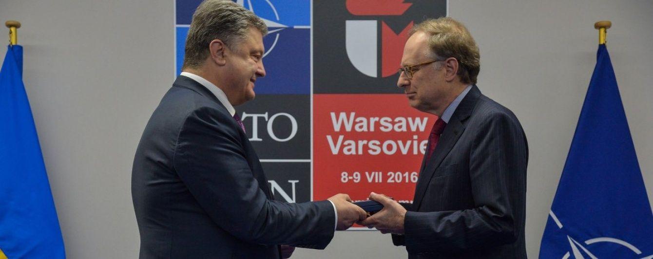 Порошенко нагородив орденом заступника генсека НАТО