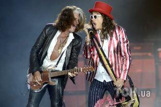 Гитариста Aerosmith экстренно госпитализировали после потери сознания на сцене