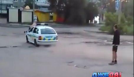 Харьковский лихач пытался похитить полицейское авто у копов из-под носа