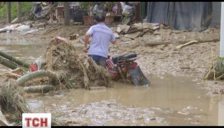 Перший тайфун цього року в Китаї забрав життя щонайменше чотирьох людей